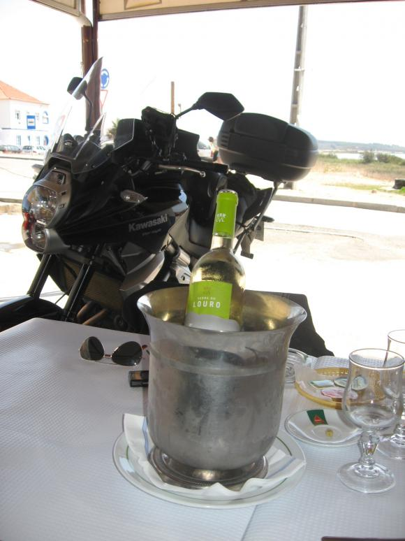 a wine pause? noo... we´re bike riding, we can´t.. oh c´mon..